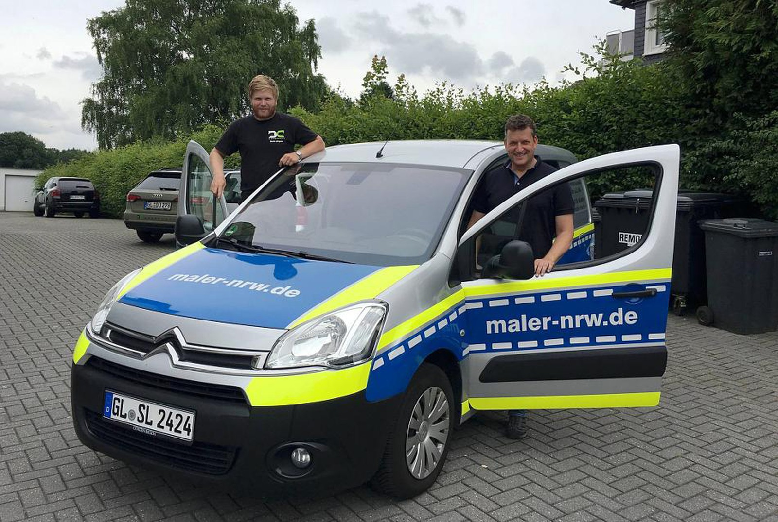 Mit dabei der Werbetechniker Danis Jörgens, der das Fahrzeug beklebt hat.