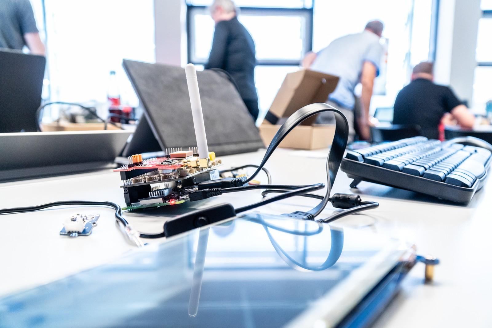 hackathon diese handwerker erobern das internet der dinge. Black Bedroom Furniture Sets. Home Design Ideas