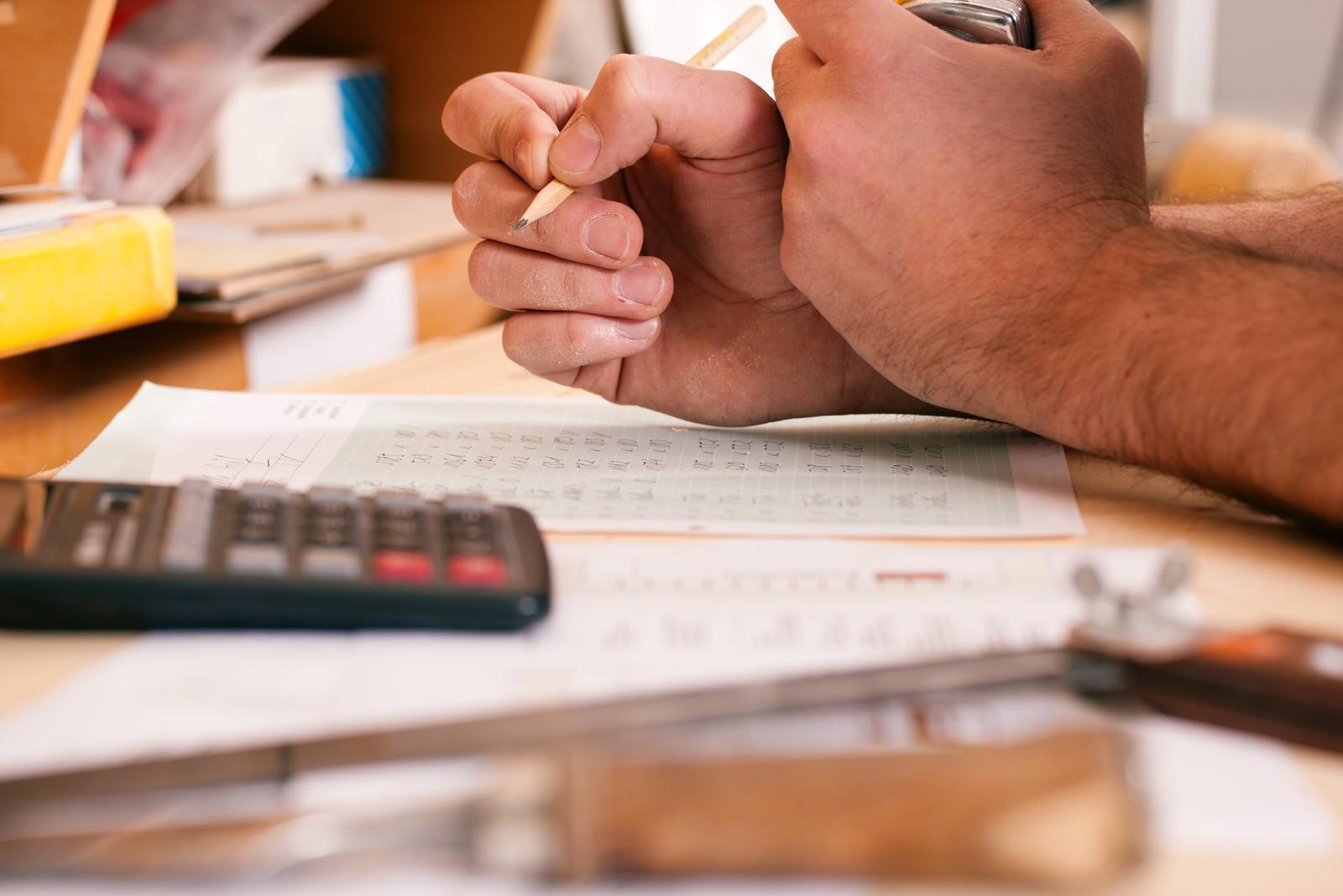 Handwerker dürfen grundsätzlich vom Kostenvoranschlag abweichen. Doch dabei sollten sie einiges beachten.