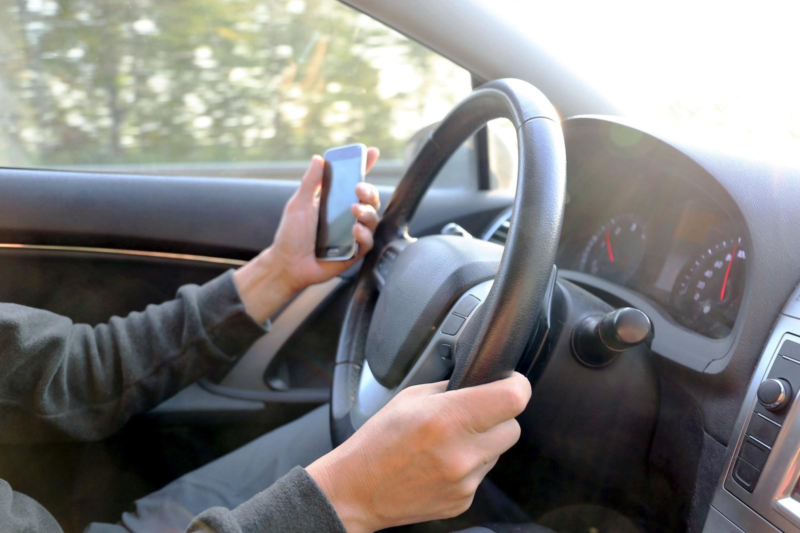 Laut Straßenverkehrs-Ordnung ist nur die Benutzung von Smartphones am Steuer ein Verstoß.