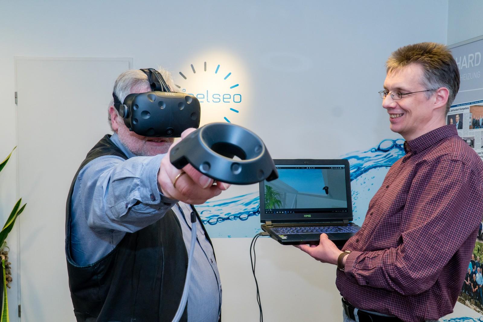 Die Badplaner Volker Echelmeyer (links) und Christoph Keßling führen das VR-System vor.