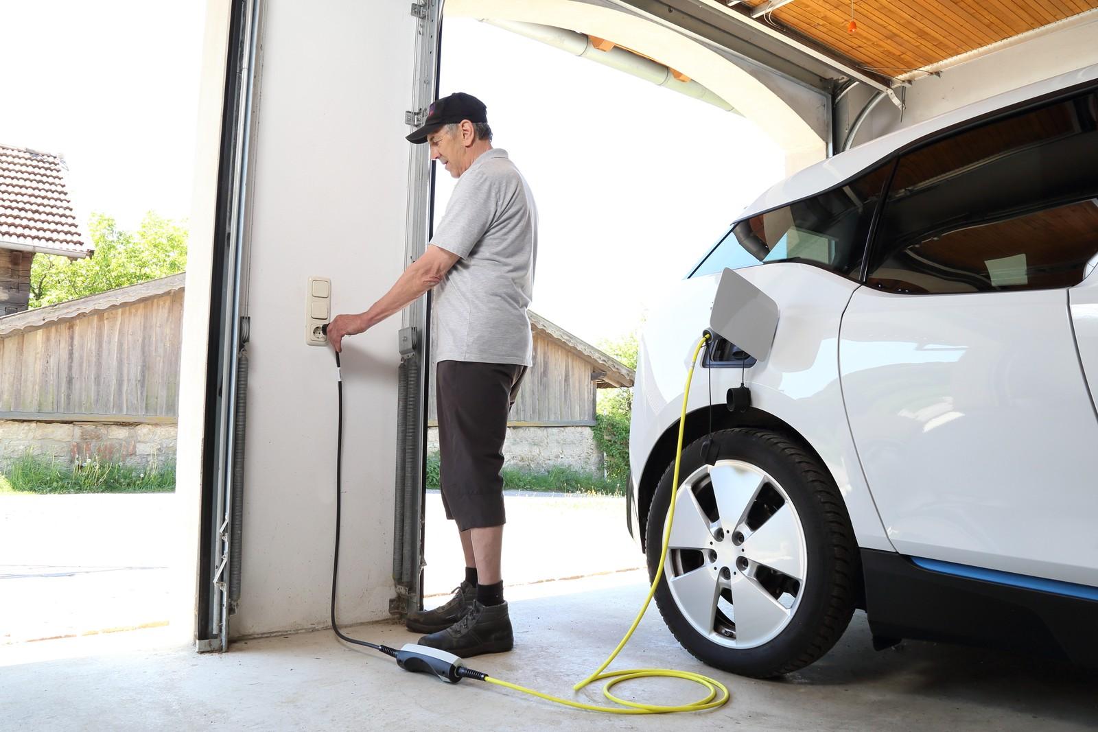 Mitarbeiter sollten vorab prüfen, ob sie die nötige Technik installieren dürfen.