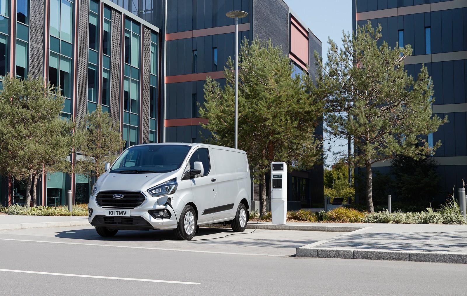 Als erster Hersteller bringt Ford mit dem Transit Custom PHEV einen Plug-in-Hybrid-Transporter auf den Markt.