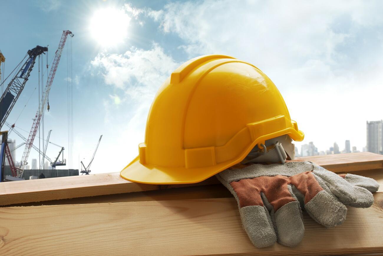 Hitze auf dem Bau: So schützen Sie Ihre Mitarbeiter