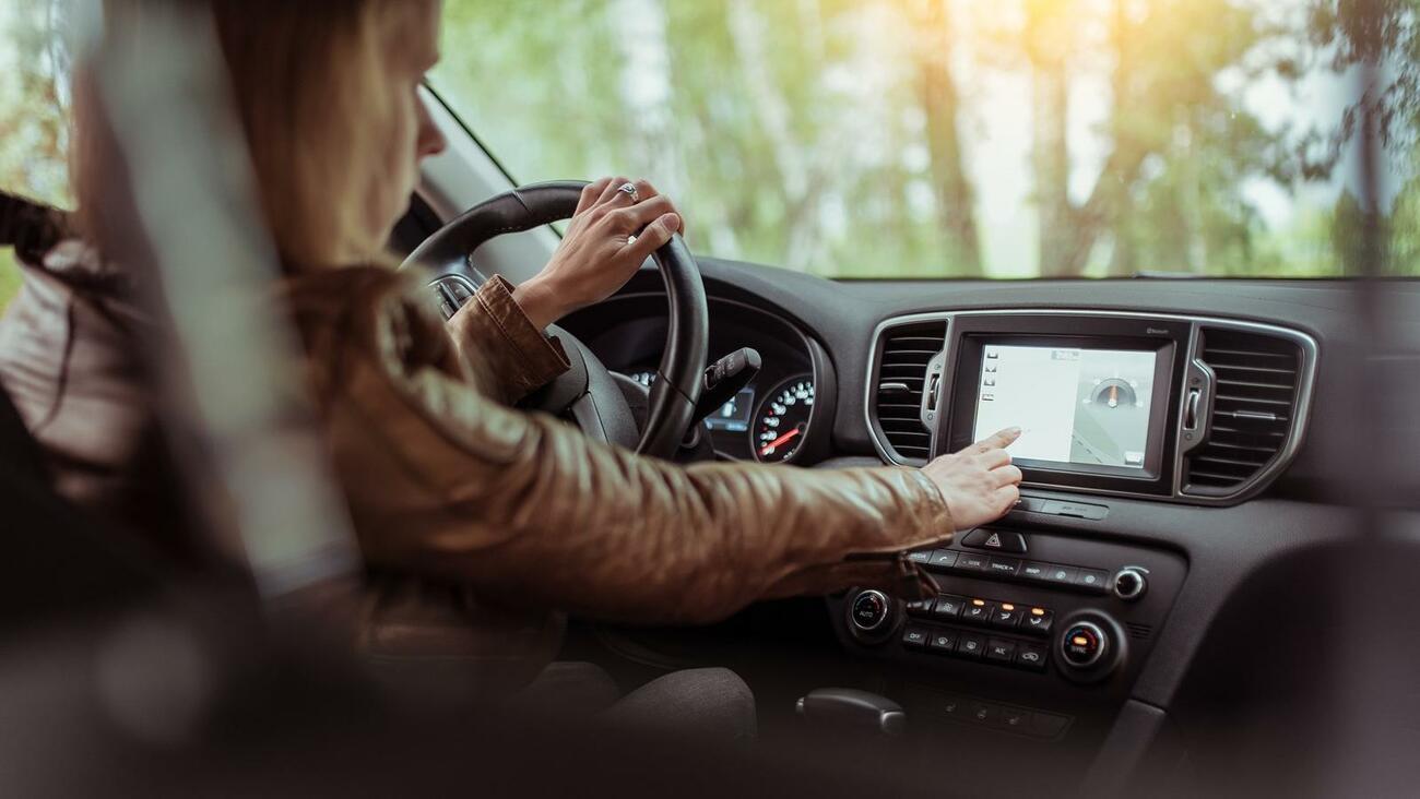 Touchscreen für Fahrzeugeinstellungen bedient: Fahrverbot!